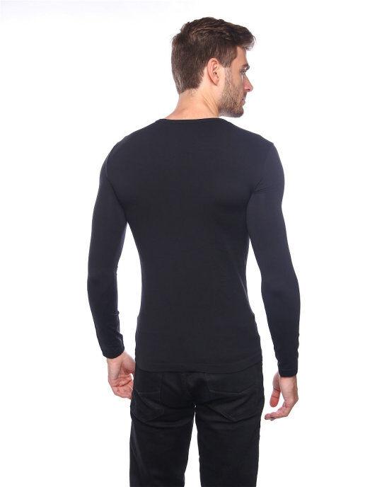 Мужская футболка с круглым вырезом и длинным рукавом.