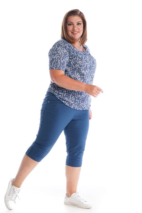 Капри-5423 Материал: Бенгалин; Фасон: Капри Капри Бенгалин синие Капри прямого силуэта выполнены из мягкой легкой ткани. Отлично сидят за счет комфортной высокой посадки и эластичной резинки на поясе.