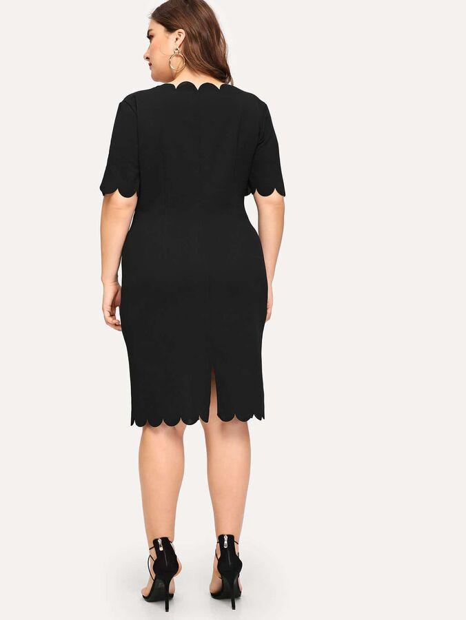 Стильное платье с глубоким вырезом размера плюс